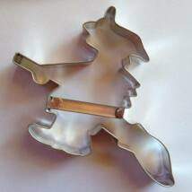 Seprűs vasorrú bába sütikiszúró fém Halloween 8,2 x 11,2 cm