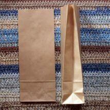 Kis barna talpas papírzacskó